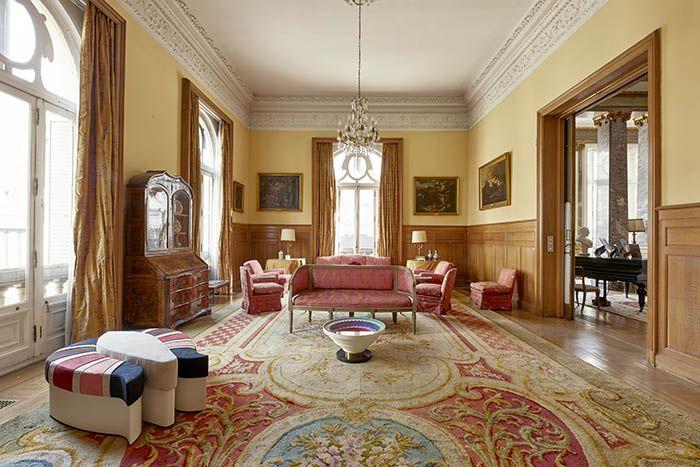 embajada italiana alfombra clasica con mesa y puff diseño memphis
