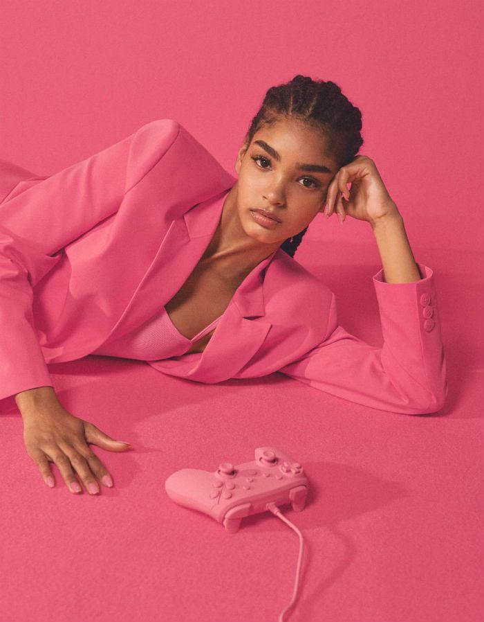 chica negra blazer rosa