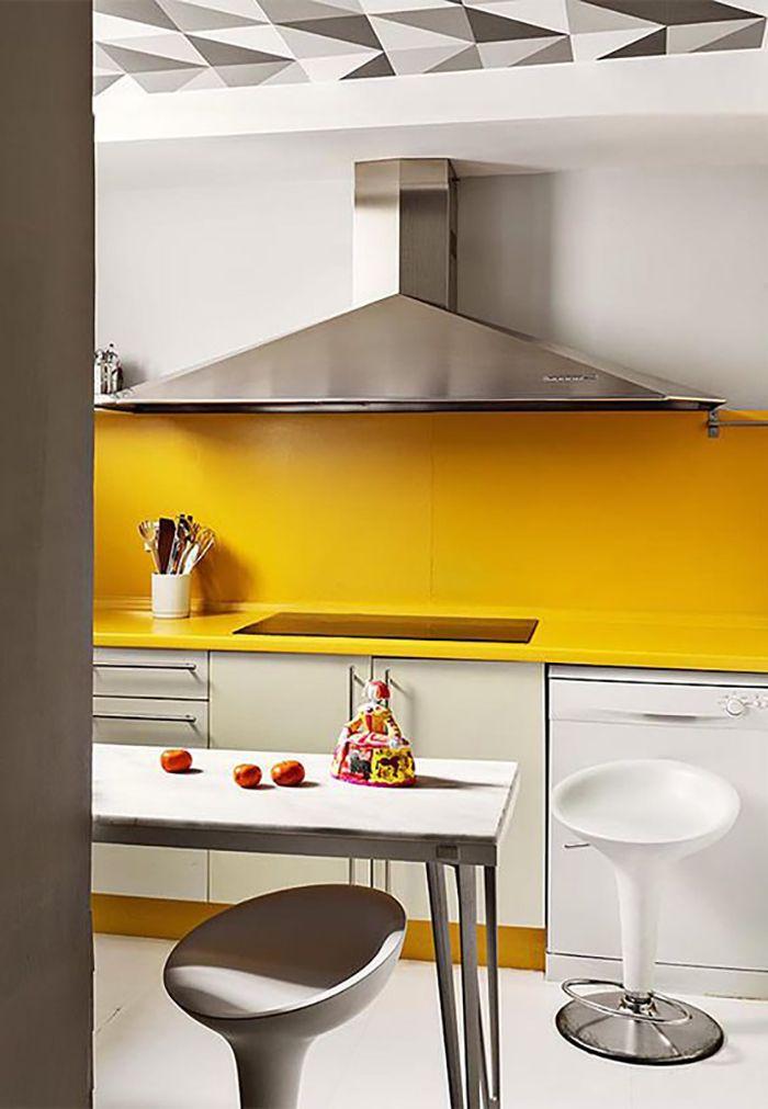 cocina amarilla y blanca diseño sapey