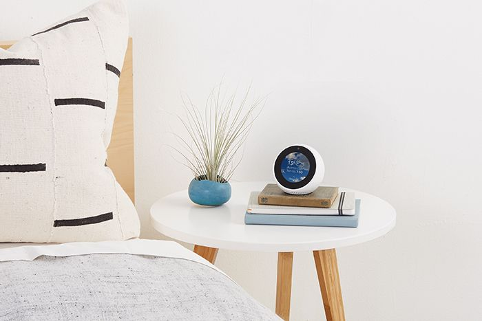 dormitorio con echo spot blanco