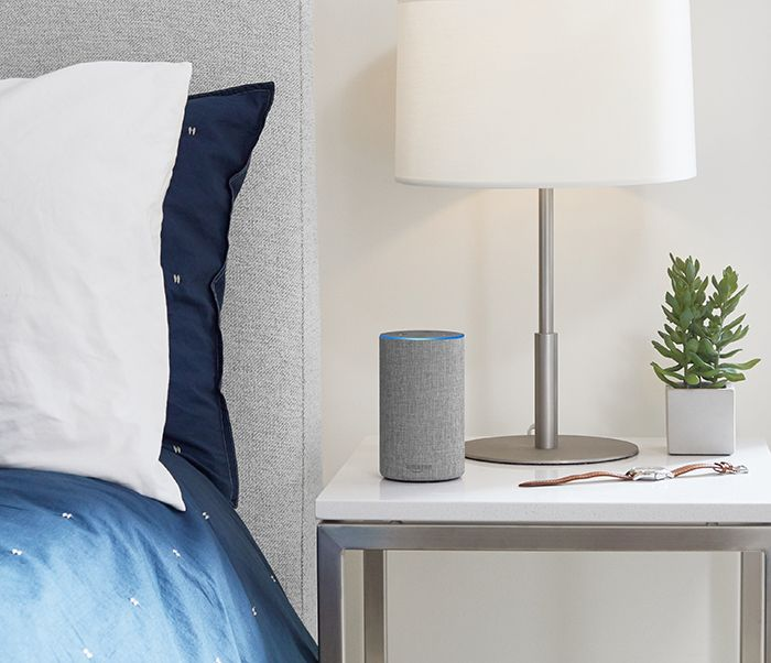 dormitorio con Amazon Echo gris claro