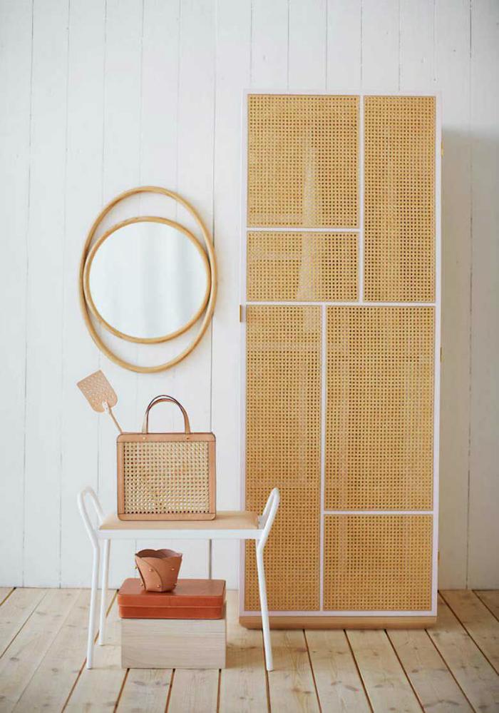 armario y silla con rejilla y fondo blanco