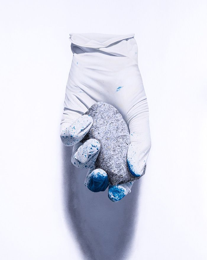 guante con piedra arte contemporaneo
