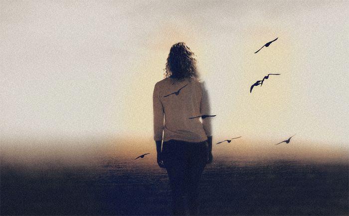 foto sepia mujer pajaros volando