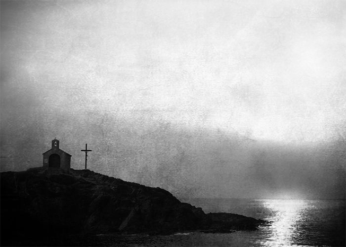 foto blanco y negro mar y cruz