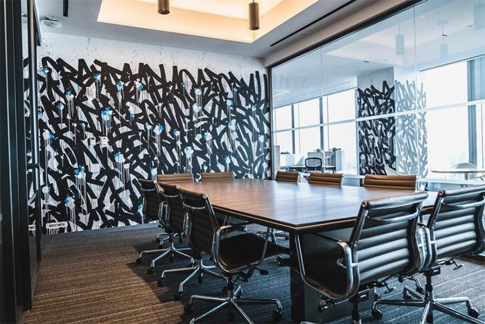 sala de reuniones con arte urbano pared