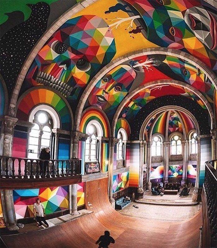 graffiti colorido en iglesia