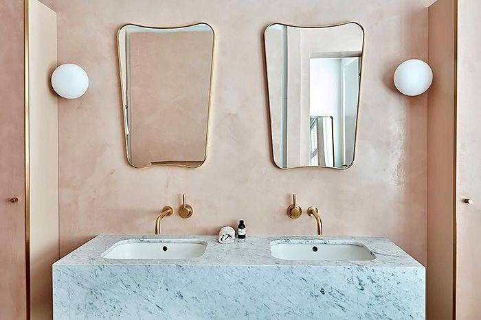 lavabavos y pared estuco rosa