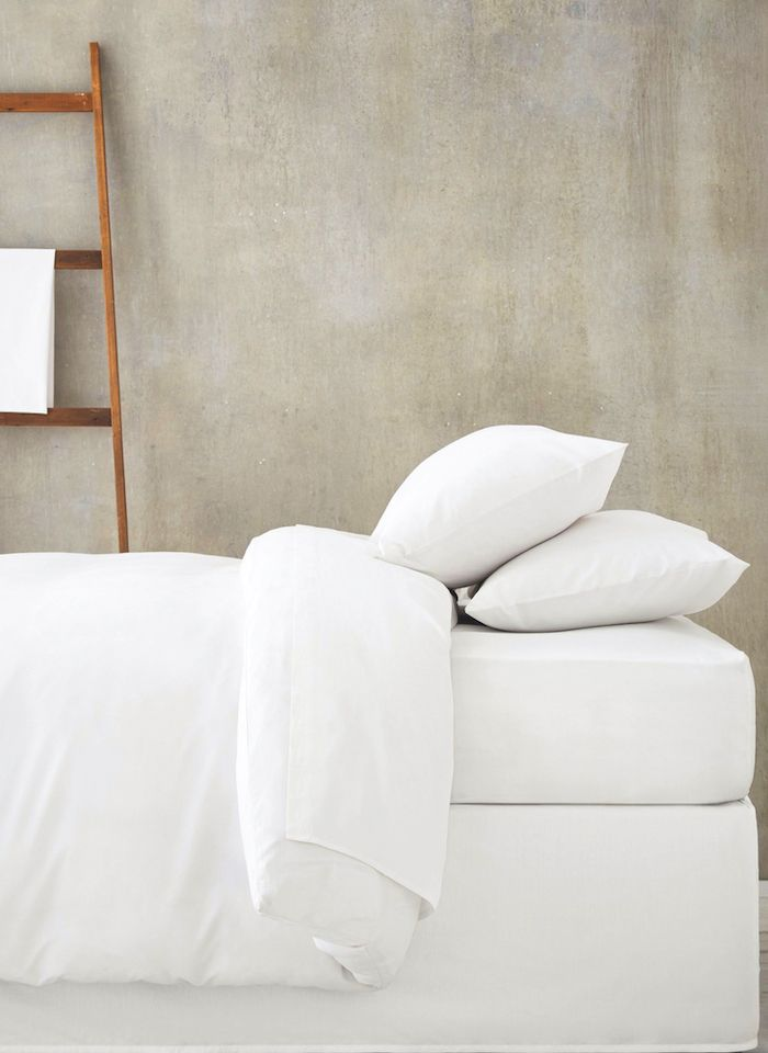 cama blanca pared hormigon