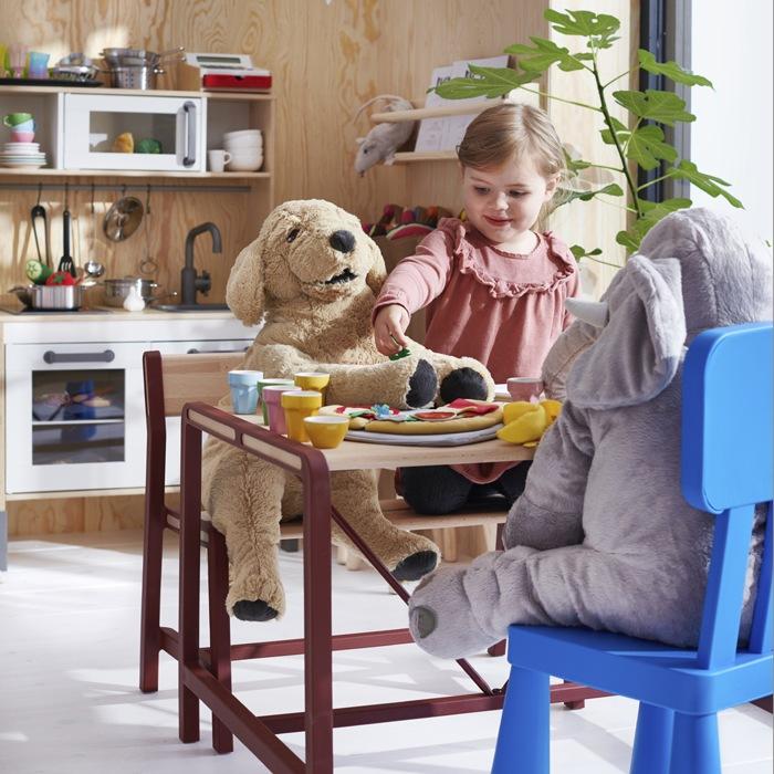 niña jugando con peluches