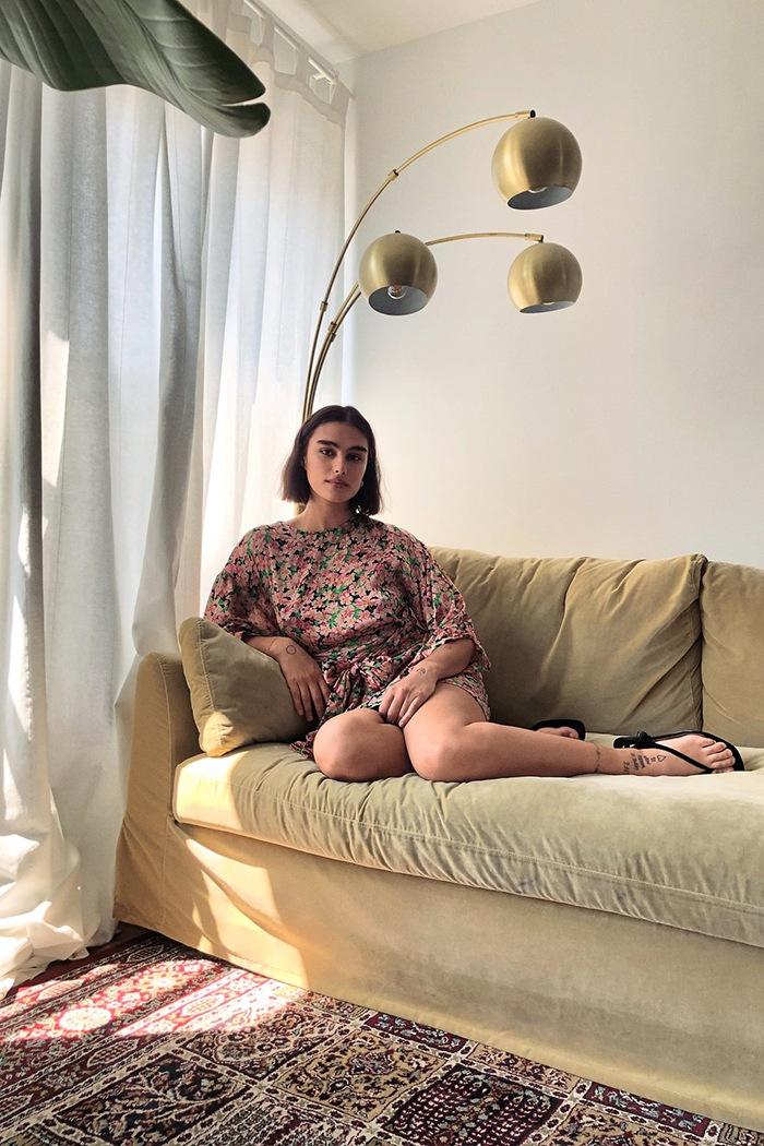 modelo zara en su salon