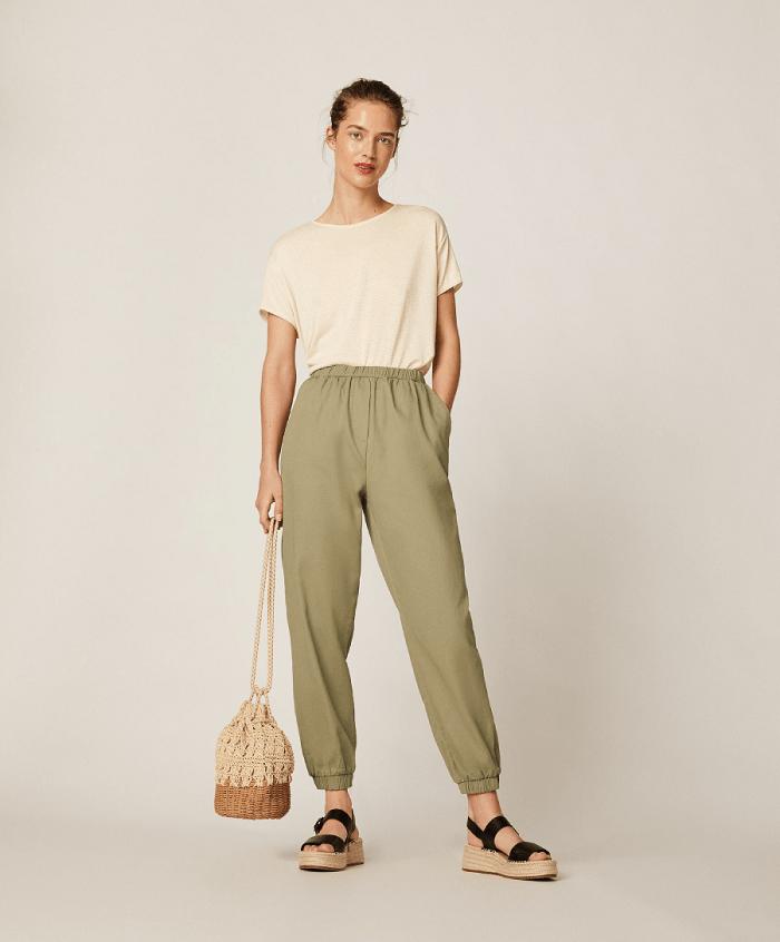 pantalones comodos con sandalias confort chic