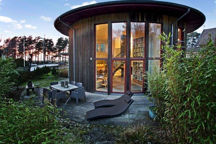 Casa redonda rodeada de naturaleza