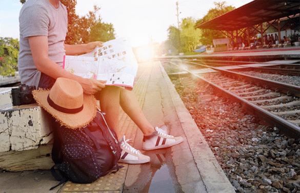 pareja viajera tren