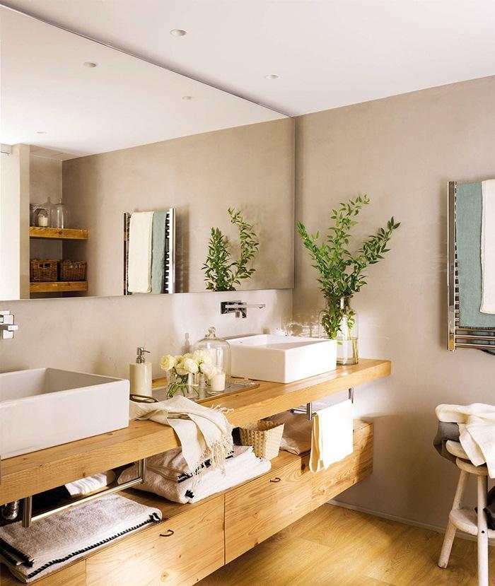 baño con dos lavabos y mueble madera