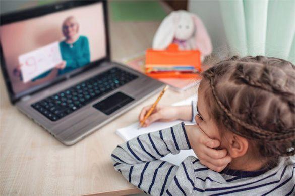 niña en clases online