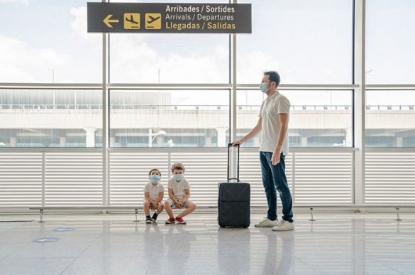 padre viajando aeropuerto