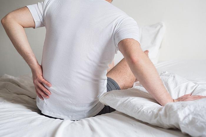 persona dolor lumbar cama