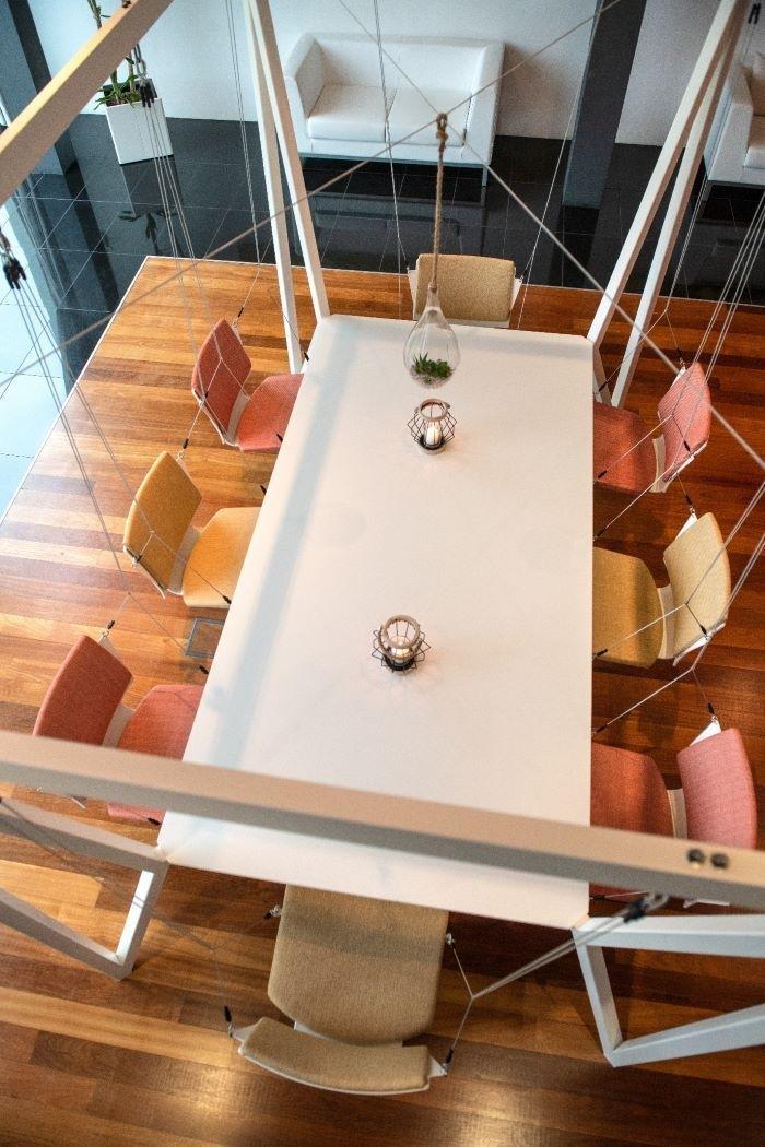 Columpio-como-sala-de-reuniones-en-el-trabajo-post-Covid con asientos colgantes