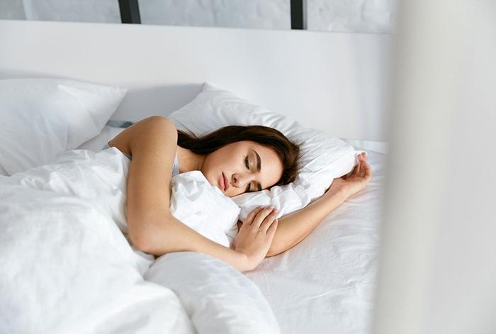 mujer durmiendo cama