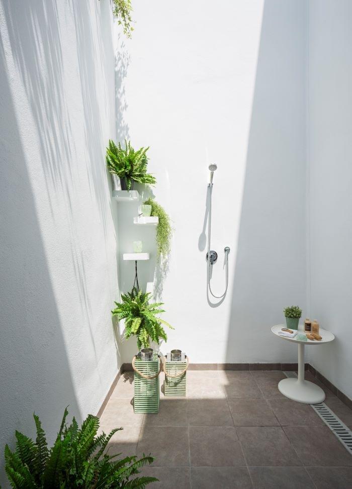 Sencillo patio para refrescarse con ducha, exterior ganador de los premios Best of Bouzz 2021