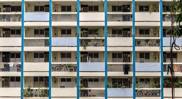 edificio concreto blanco y azul