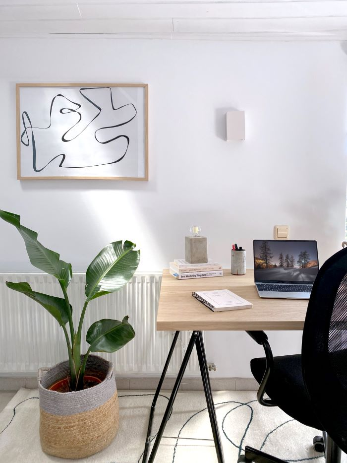 Espacio de escritorio y planta decorado en colores neutros. Colorterapia