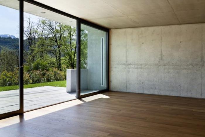 Habitación vacía con cristalera abierta