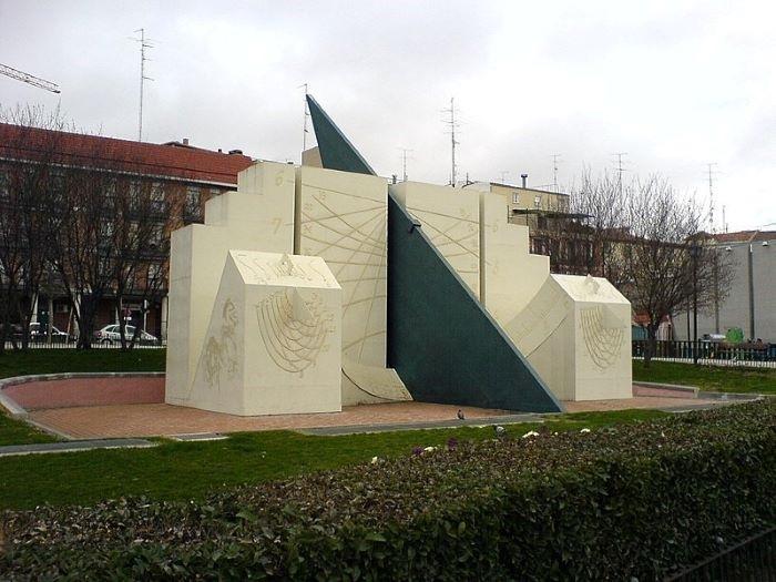 Figura de Alberto Corazón en la Plaza de la Puerta de Toledo, Madrid