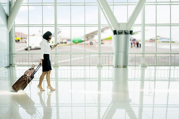 Señora de negocios en el aeropuerto