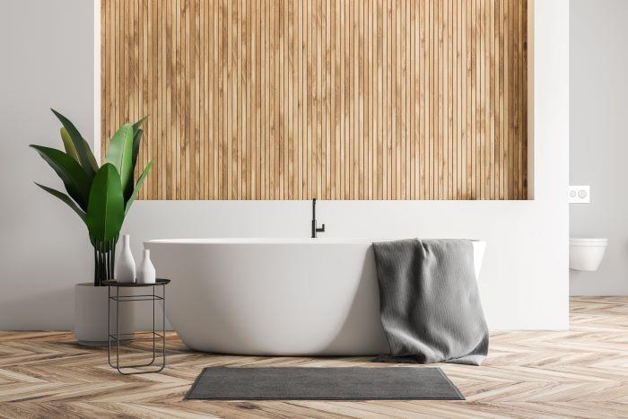 baño con bañera y paredes de madera ManoMano