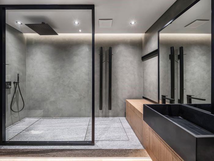 cuarto de baño con gran ducha estilo industrial ManoMano